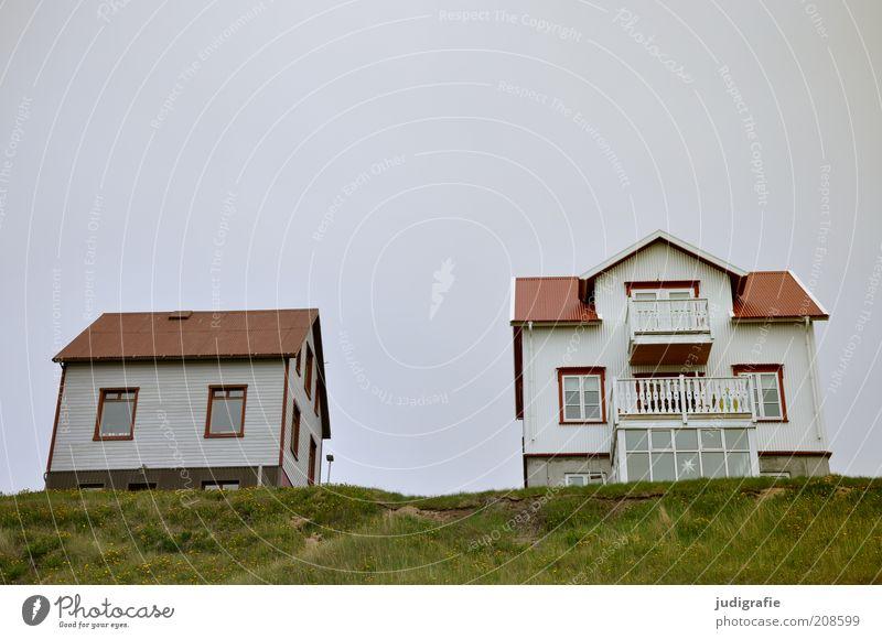 Island Häusliches Leben Wohnung Haus Hügel Húsavík Menschenleer Einfamilienhaus Hütte Gebäude Balkon einzigartig oben trist Farbfoto Gedeckte Farben