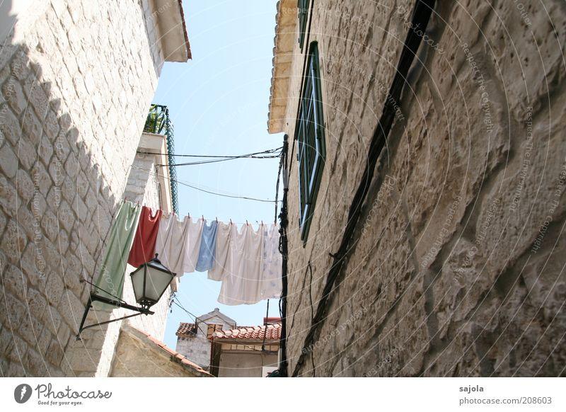wäsche zwischen den häusern Sommer Ferien & Urlaub & Reisen Haus Lampe Wand Fenster Mauer Gebäude Architektur Europa Tourismus Häusliches Leben Bauwerk eng