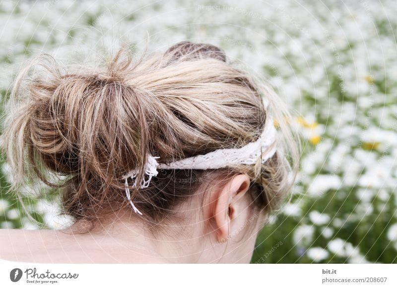 Blumenmeer Haare & Frisuren Zufriedenheit Ausflug Sommer feminin Junge Frau Jugendliche Kopf Ohr Natur Wiese Haarband blond langhaarig Freude Glück Lebensfreude