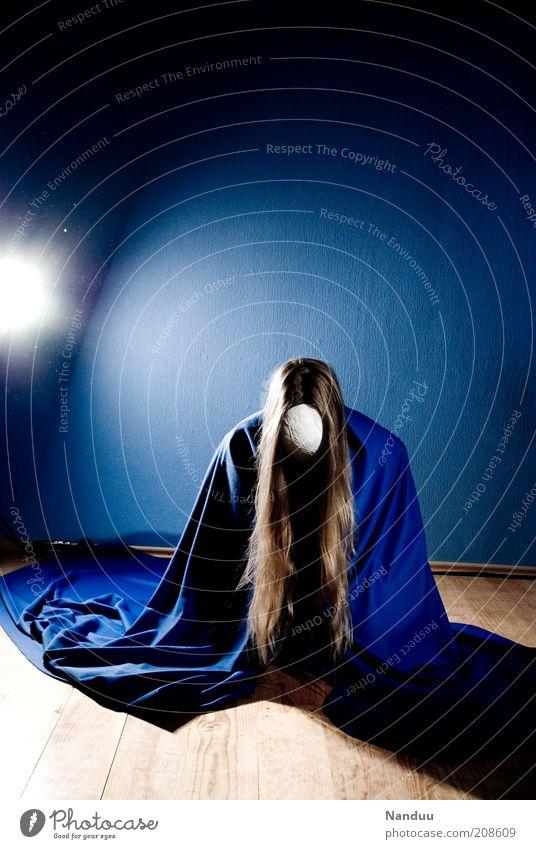 ... Mensch ruhig feminin blond Maske Konzentration Meditation anonym langhaarig Umhang hocken knien ducken Oberkörper Unterdrückung
