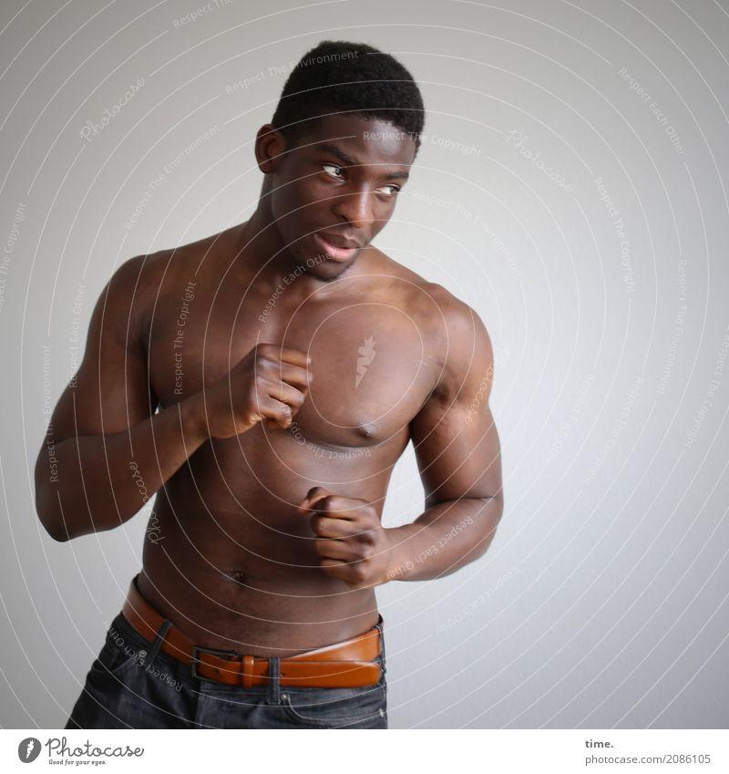 Kekeli Kampfsport Sportler Boxsport maskulin Mann Erwachsene 1 Mensch Hose schwarzhaarig kurzhaarig beobachten kämpfen Blick warten ästhetisch bedrohlich