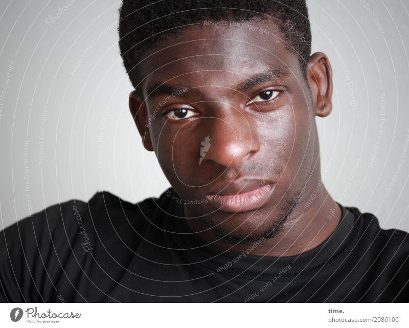Kekeli maskulin Mann Erwachsene 1 Mensch T-Shirt schwarzhaarig kurzhaarig Dreitagebart beobachten Denken Blick warten authentisch natürlich schön Ehre