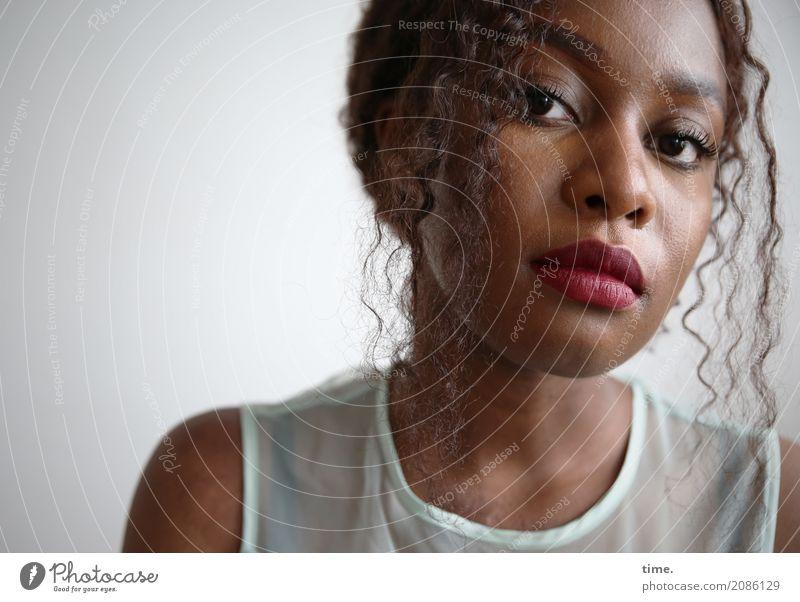 Arabella feminin Frau Erwachsene 1 Mensch T-Shirt Haare & Frisuren brünett langhaarig Locken beobachten Denken Blick warten schön selbstbewußt Coolness