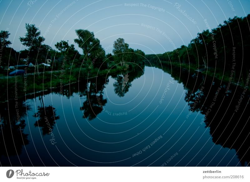 Hohenzollernkanal Wasser Sommer dunkel Küste Wachstum Schwimmen & Baden Schifffahrt Glätte Spiegelbild Kanal Juli Wasseroberfläche Juni Wasserstraße Bootsfahrt Binnenschifffahrt