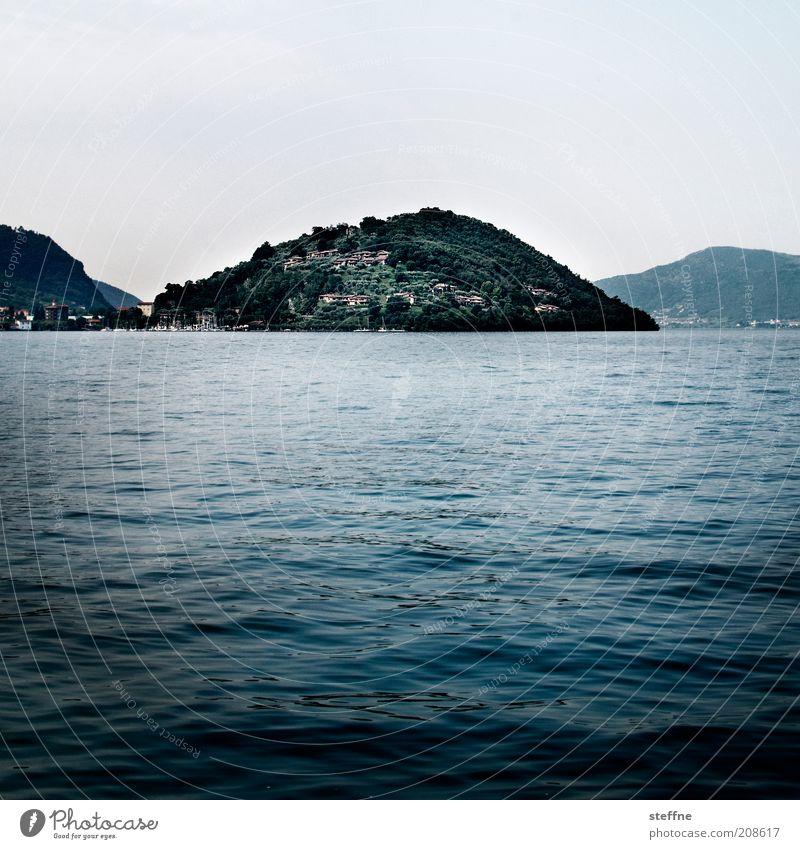 Noch reifer für die Insel Natur Landschaft Wasser Wolkenloser Himmel Wellen Küste Seeufer Italien ästhetisch blau Lago d'Iseo Farbfoto Gedeckte Farben