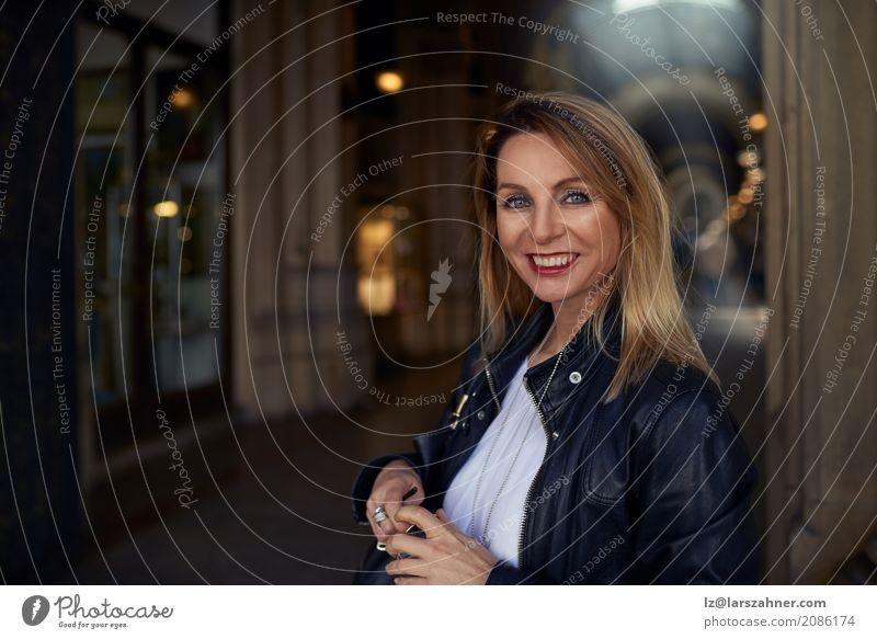 Mensch Frau Sommer Erwachsene Glück Textfreiraum blond stehen Lächeln geheimnisvoll trendy Jacke Sonnenbrille mittleren Alters 30-45 Jahre Handtasche