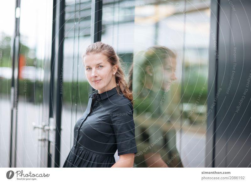 Studium Berufsausbildung Azubi Praktikum lernen Student Arbeitsplatz Büro Business Unternehmen Karriere Erfolg Team feminin 1 Mensch kompetent Konkurrenz