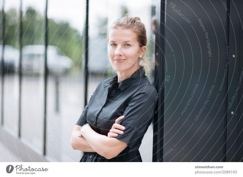Portrait Mensch feminin Business Zufriedenheit Büro Erfolg Perspektive Zukunft lernen Studium planen Ziel Netzwerk Bildung Beruf Wunsch