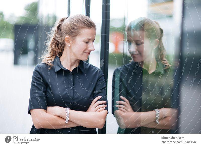 Spiegel Mensch schön feminin Stil Business elegant Kraft Kommunizieren Erfolg Perspektive kaufen Coolness planen Neugier Kontakt Mut