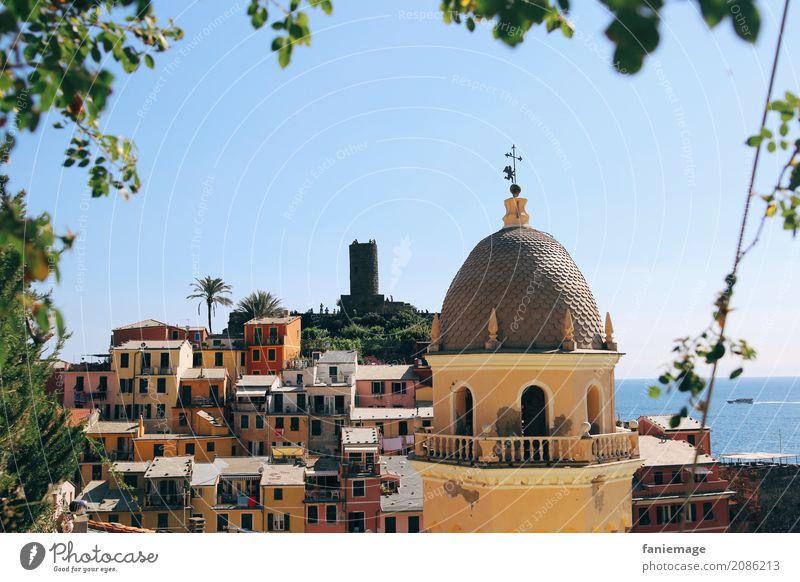 Cinque Terre VIII Dorf Fischerdorf Kleinstadt Hafenstadt Stadtzentrum maritim Vernazza Kirchturm Rahmen gelb mehrfarbig mediterran Italien Italienisch