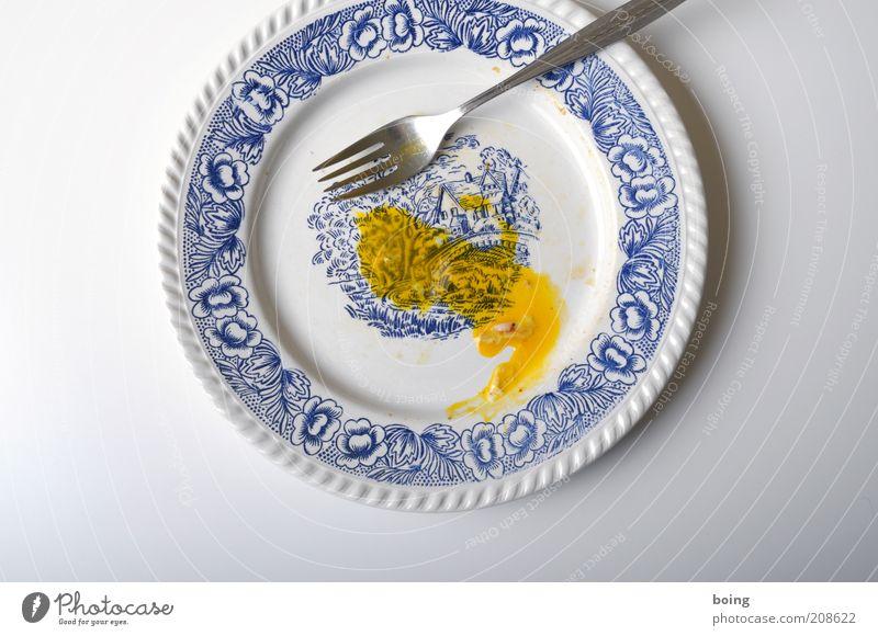 erquickt den Gaumen, labt und kräftigt, stimmt froh und heiter, Ernährung rund Teller Abendessen Rest Besteck Gabel Eigelb Studioaufnahme Mahlzeit Spiegelei