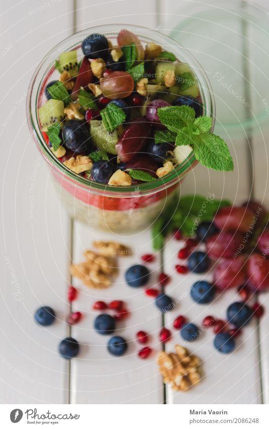 Overnight Oats Gesundheit Lebensmittel Frucht Ernährung Glas Tisch süß lecker Getreide Bioprodukte Frühstück Dessert Vegetarische Ernährung Diät saftig Nuss