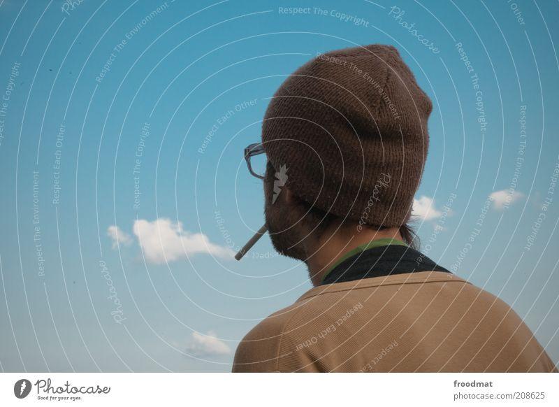 wolkenbild Rauchen Mensch maskulin Mann Erwachsene Leben Rücken Urelemente Luft Himmel Wolken Schönes Wetter Brille Mütze Erholung träumen Coolness Umwelt