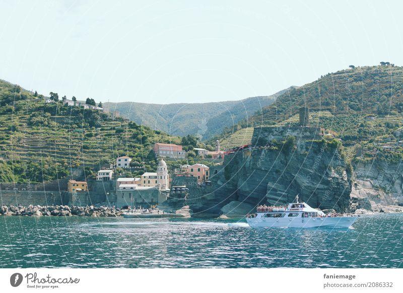 Cinque Terre VII - Vernazza Lifestyle ästhetisch Natur Weinberg Hafen Bootsfahrt nähern Italien Ligurien mediterran Mittelmeer Tourismus Urlaubsort Festung