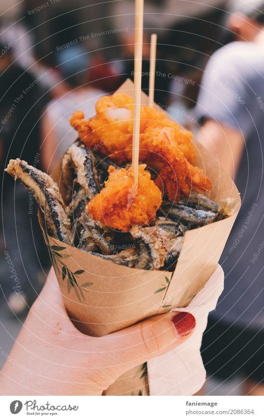 Cinque Terre XXIII Lifestyle heiß lecker frittiert Fisch Tüte Snack Foodfotografie Essen Sardinen Garnelen aufgespiesst Nagellack Hand Frau Mittagessen