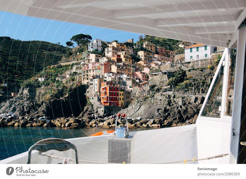 Cinque Terre XXV - Bootsfahrt Dorf Fischerdorf Kleinstadt Hafenstadt Stadtzentrum Altstadt Haus ästhetisch Wasserfahrzeug Riomaggiore Italien Italienisch