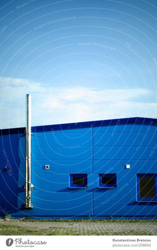 zu Vermieten Himmel blau Wolken Fenster Gebäude Fassade einfach silber Schönes Wetter Schornstein Halle Angebot Leerstand Stadtrand vermieten Nachfrage