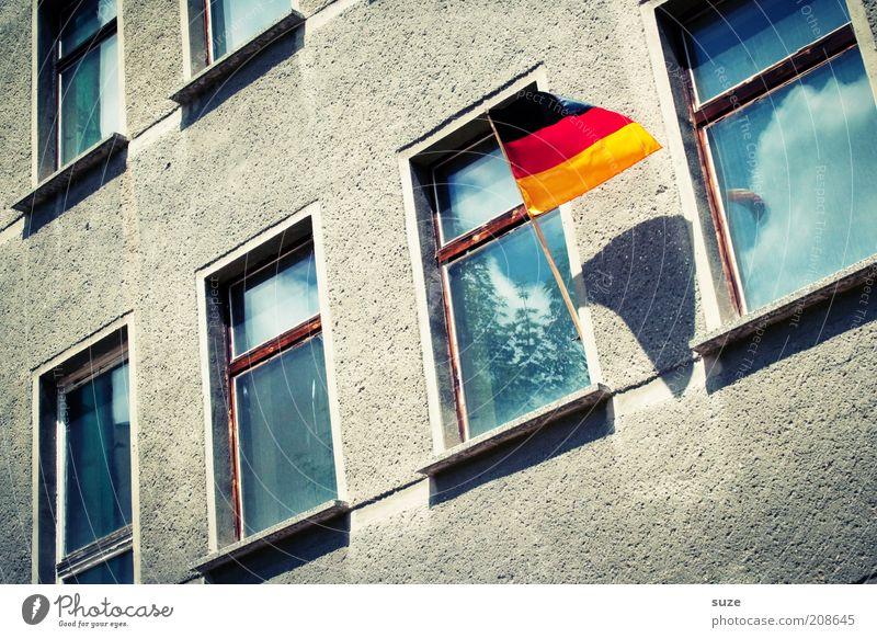 Stimmung! alt Haus Freude Fenster Fassade Erfolg Fußball Zeichen Deutsche Flagge Fahne Vergangenheit Wohnhaus hängen Euphorie Bildausschnitt