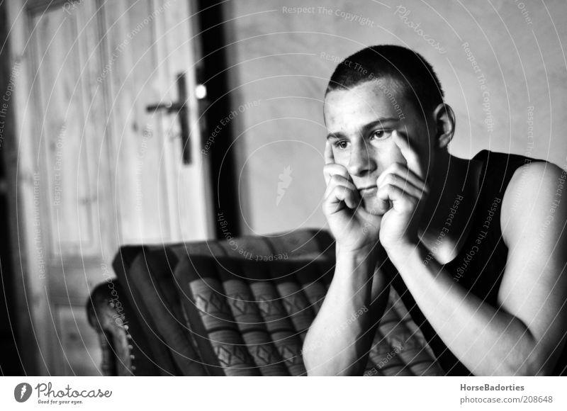 Lukas - Der Denker Mensch maskulin Junger Mann Jugendliche 1 Denken Blick ästhetisch Stimmung Gelassenheit ruhig Einsamkeit Schwarzweißfoto Innenaufnahme