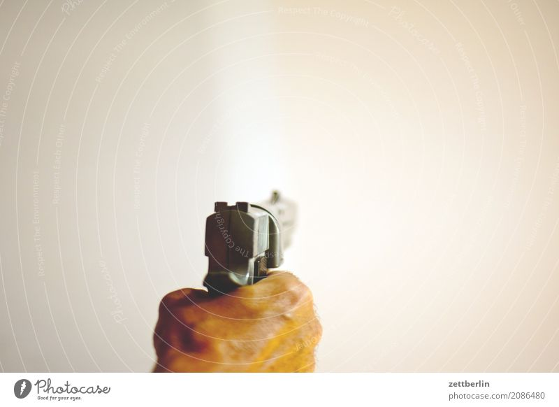 Faustfeuerwaffe Mensch Mann Textfreiraum bedrohlich Wut Gewalt Aggression Waffe Kriminalität Pistole schießen zielen Angriff Schuss Terror
