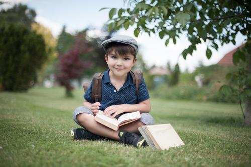 Schulanfang Mensch Kind Leben Wiese Junge Garten Kindheit sitzen Lächeln lernen Buch Mütze antik sommerlich 3-8 Jahre Einschulung