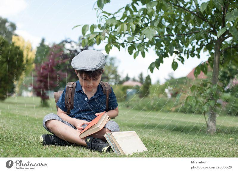 Schulanfang Mensch Kind Sommer Leben Junge Garten Kindheit sitzen Lächeln lernen Buch lesen Mütze Kleinkind Wissen antik