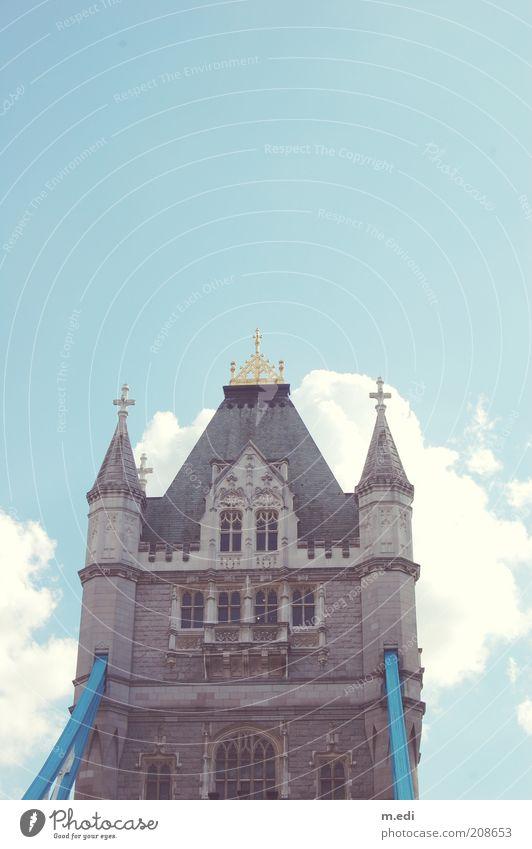 Tower Bridge alt Ferien & Urlaub & Reisen Brücke Turm Denkmal historisch Wahrzeichen London Sightseeing England Sehenswürdigkeit Brückengeländer Blauer Himmel
