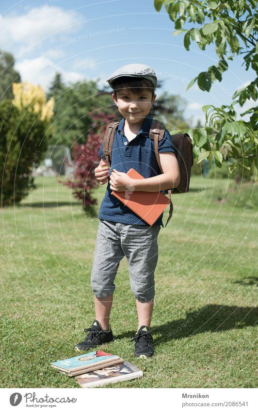 Ich bin groß Kindererziehung Bildung Schule lernen Schulkind Schüler Junge Kindheit Leben 1 Mensch 3-8 Jahre Denken Lächeln lesen Blick stehen leuchten schön