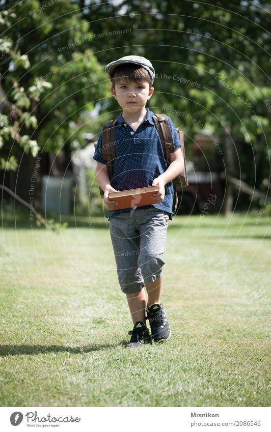 Schulstart maskulin Kind Kleinkind Junge Kindheit 1 Mensch 3-8 Jahre Natur Sommer Schönes Wetter Garten Wiese beobachten laufen lernen tragen träumen Neugier