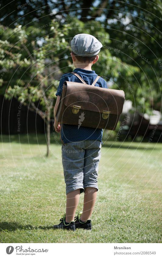 Schule maskulin Kind Kleinkind Junge Kindheit Leben 1 Mensch 3-8 Jahre beobachten Denken Blick stehen Einschulung Schulranzen Außenaufnahme Wiese warten Mütze