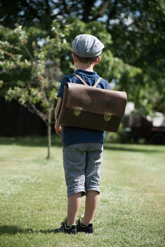 Schule Mensch Kind Leben Wiese Junge Denken maskulin Kindheit stehen warten beobachten Mütze Kleinkind Nostalgie 3-8 Jahre