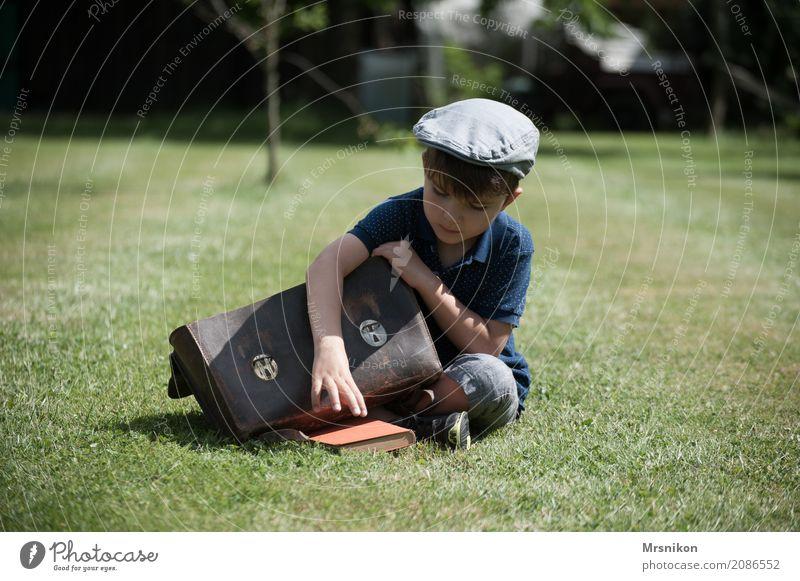 Schule Mensch maskulin Kind Kleinkind Junge Kindheit Leben 1 3-8 Jahre Sommer Garten Wiese lernen sitzen Einschulung Schulranzen Nostalgie Mütze nehmen heben