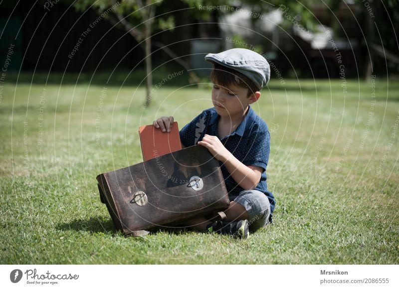 Schule Mensch maskulin Kind Junge Kindheit Leben 1 3-8 Jahre Natur Sommer Garten Wiese lernen Blick sitzen Mütze Nostalgie Schulranzen Buch Einschulung Denken