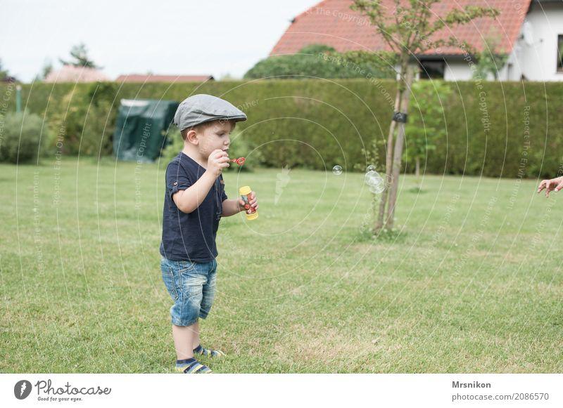 geht los maskulin Kind Kleinkind Junge Kindheit Leben 1 Mensch 1-3 Jahre Landschaft Garten Wiese Spielen stehen Seifenblase blasen Mütze Außenaufnahme