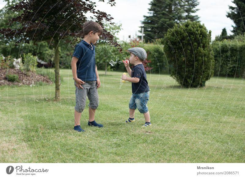 seifenblasen Mensch Kind Sommer schön Leben Junge lachen Familie & Verwandtschaft Spielen Zusammensein gehen maskulin Kindheit Lächeln laufen Kindergruppe