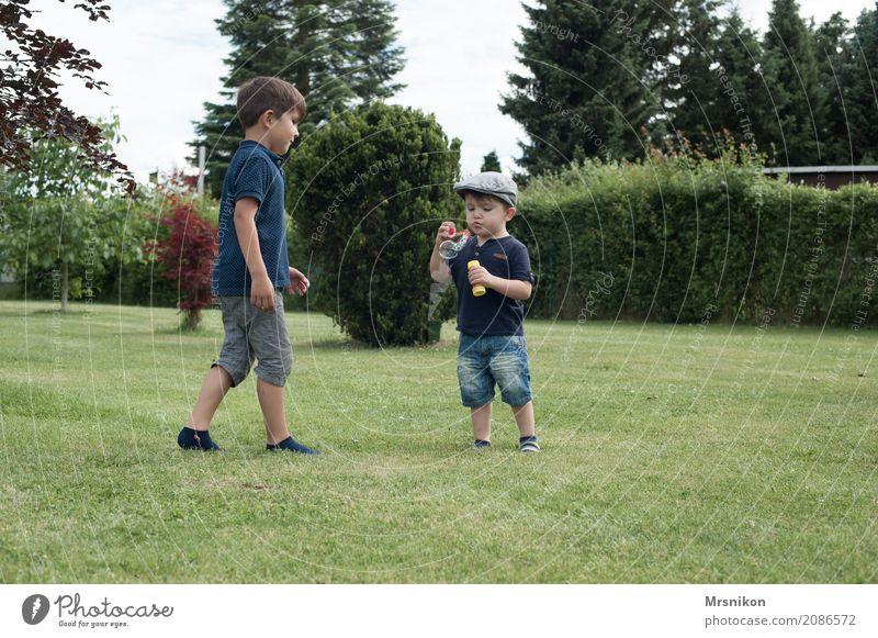 seifenblasen Mensch Kind Kleinkind Junge Geschwister Bruder Kindheit 2 Kindergruppe 1-3 Jahre 3-8 Jahre Lächeln lachen laufen Spielen brüderlich Wiese Garten