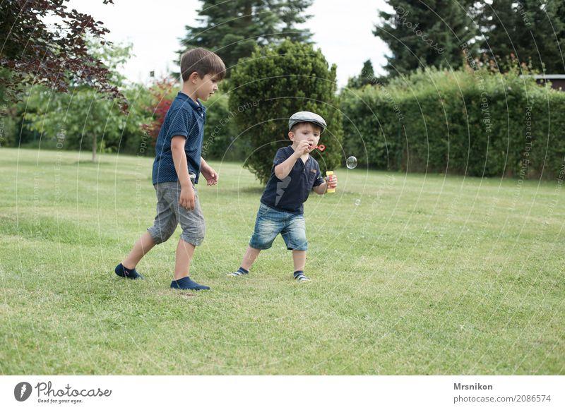 Brüder Mensch Kind Freude Junge lachen Spielen Zusammensein maskulin Kindheit Lächeln laufen Kindergruppe Mütze Kleinkind Gesellschaft (Soziologie) blasen