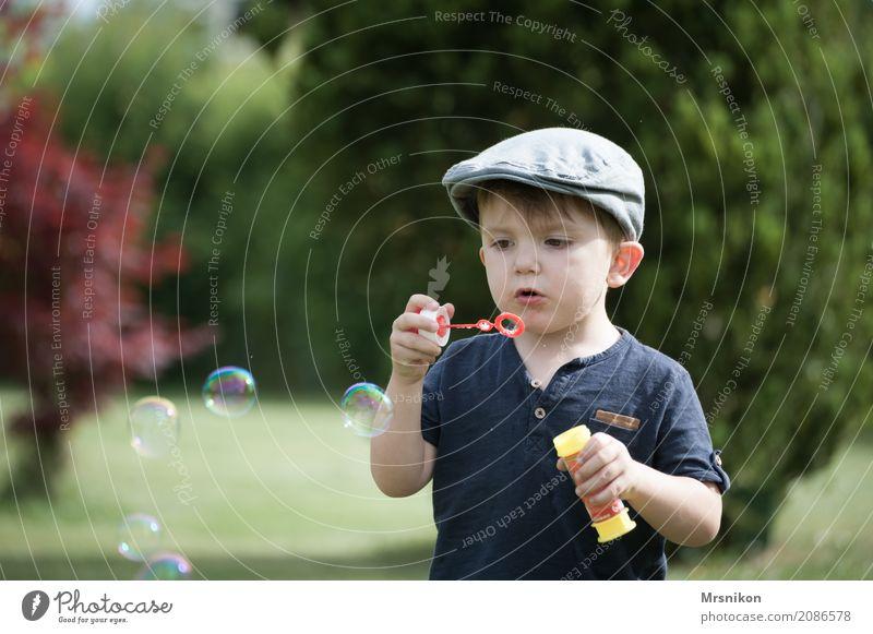 seifenblasen Kind Kleinkind Junge Kindheit Leben 1 Mensch 1-3 Jahre Mütze Außenaufnahme Seifenblase Kinderspiel Blase Garten schön niedlich Blick Farbfoto