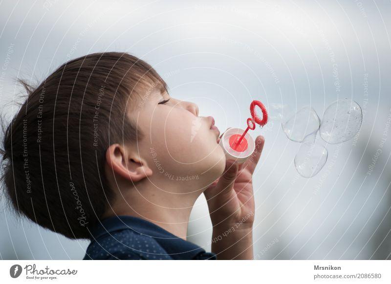 seifenblasen Kind Junge Kindheit 1 Mensch 3-8 Jahre Freude Glück Neugier Hoffnung Glaube Seifenblase brünett Spielen Farbfoto Gedeckte Farben Außenaufnahme