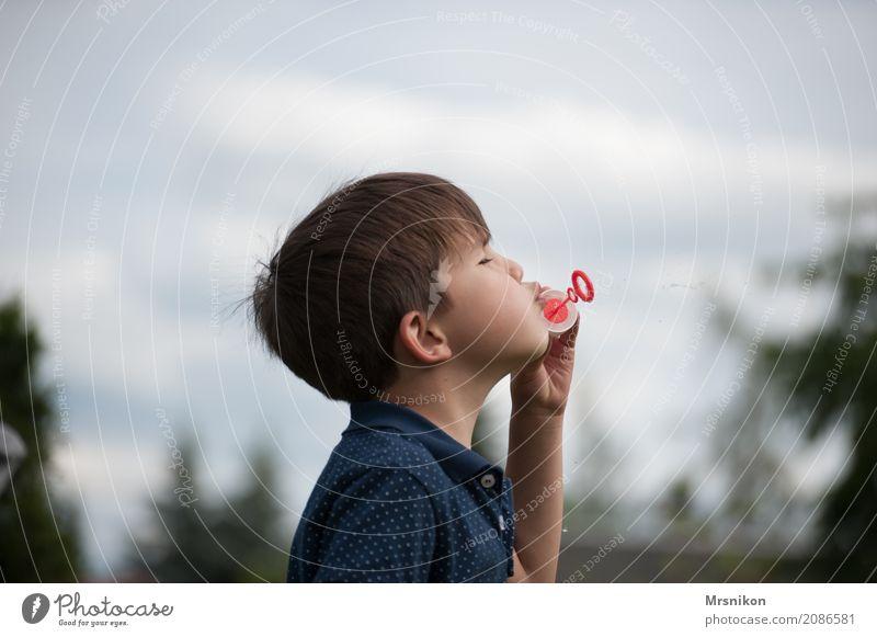 seifenblasen Mensch Kind Junge Kindheit Leben 1 3-8 Jahre Spielen Seifenblase brünett Außenaufnahme Glück Farbfoto Textfreiraum oben Tag Schwache Tiefenschärfe