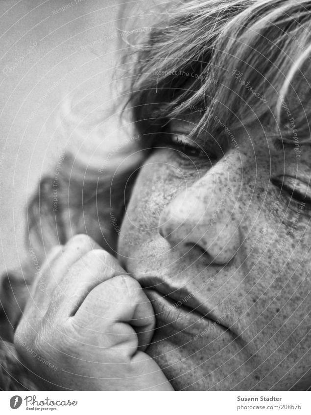 Tagtraum feminin Frau Erwachsene Kopf Hand 18-30 Jahre Jugendliche Haare & Frisuren blond langhaarig Locken Scheitel Pony Denken nah schön Kraft