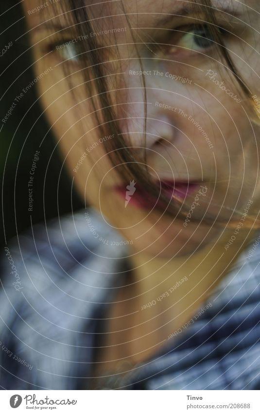 Pechsträhne Frau Gesicht dunkel Gefühle Bewegung Haare & Frisuren Denken Erwachsene authentisch beobachten Wut Stoff Hemd Stress brünett Wachsamkeit