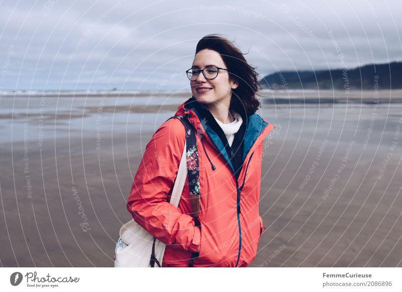 Roadtrip West Coast USA (14) feminin Junge Frau Jugendliche Erwachsene Mensch 18-30 Jahre 30-45 Jahre Freiheit Regenjacke Küste Brille Strand Oregon Jutesack