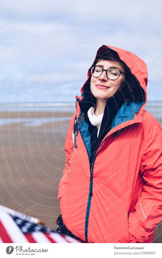Roadtrip West Coast USA (12) feminin Junge Frau Jugendliche Erwachsene Mensch 18-30 Jahre 30-45 Jahre Glück genießen Freiheit Pause Westküste Fahne Regenjacke