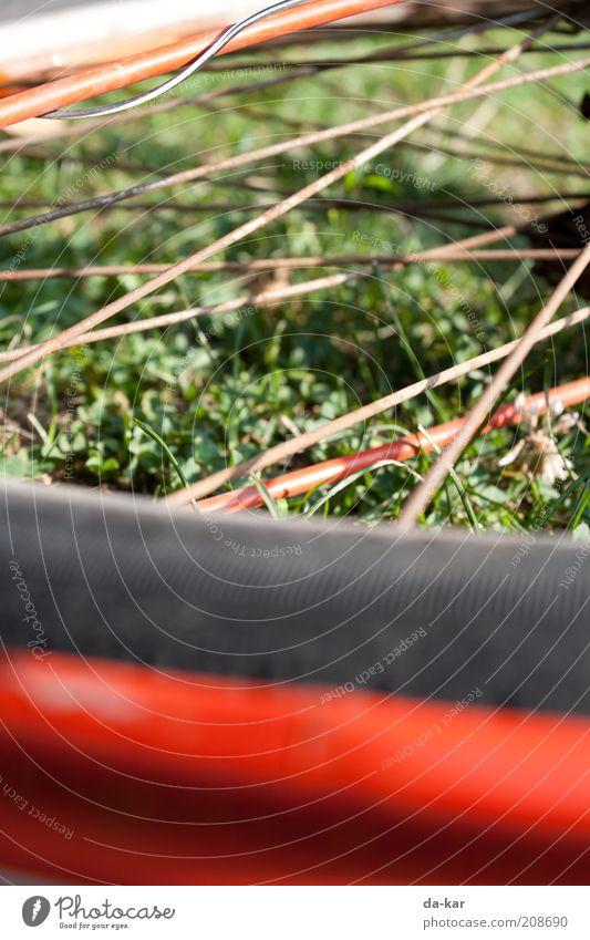 (d)Radesel Fahrrad liegen alt rot Speichen Farbfoto Außenaufnahme Nahaufnahme Detailaufnahme Menschenleer Tag Unschärfe Schwache Tiefenschärfe Bildausschnitt