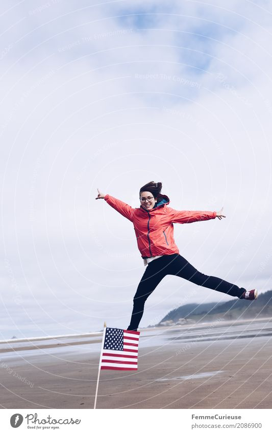 Roadtrip West Coast USA (25) feminin Junge Frau Jugendliche Erwachsene 1 Mensch 18-30 Jahre 30-45 Jahre Abenteuer Bewegung Schweben springen Dynamik Regenjacke