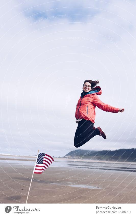 Roadtrip West Coast USA (16) feminin Junge Frau Jugendliche Erwachsene Mensch 18-30 Jahre 30-45 Jahre Natur Bewegung sportlich Fahne Euphorie Glück springen
