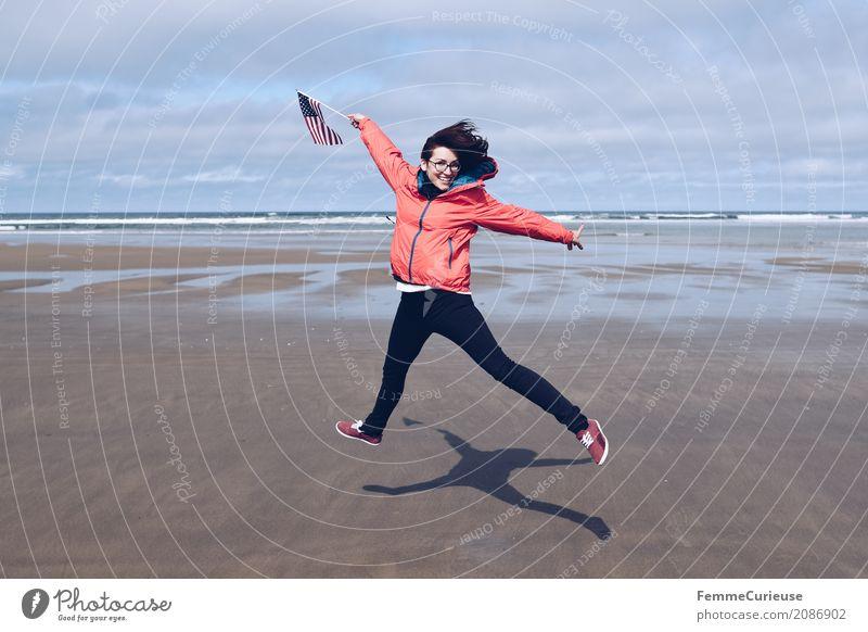 Roadtrip West Coast USA (24) feminin Junge Frau Jugendliche Erwachsene 1 Mensch 18-30 Jahre 30-45 Jahre Natur Regenjacke rot Jeanshose Turnschuh Fahne Westküste