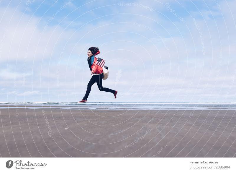 Roadtrip West Coast USA (11) feminin Junge Frau Jugendliche Erwachsene Mensch 18-30 Jahre 30-45 Jahre Glück Freiheit Pause Abenteuer Westküste Strand Regenjacke