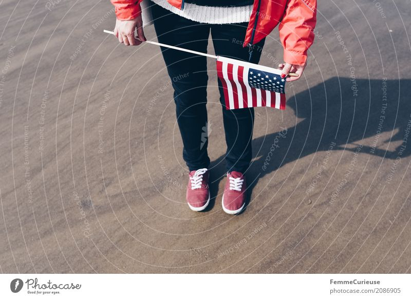 Roadtrip West Coast USA (19) feminin Junge Frau Jugendliche Erwachsene Mensch 18-30 Jahre 30-45 Jahre Tourismus Fahne Westküste Strand Turnschuh rot Regenjacke